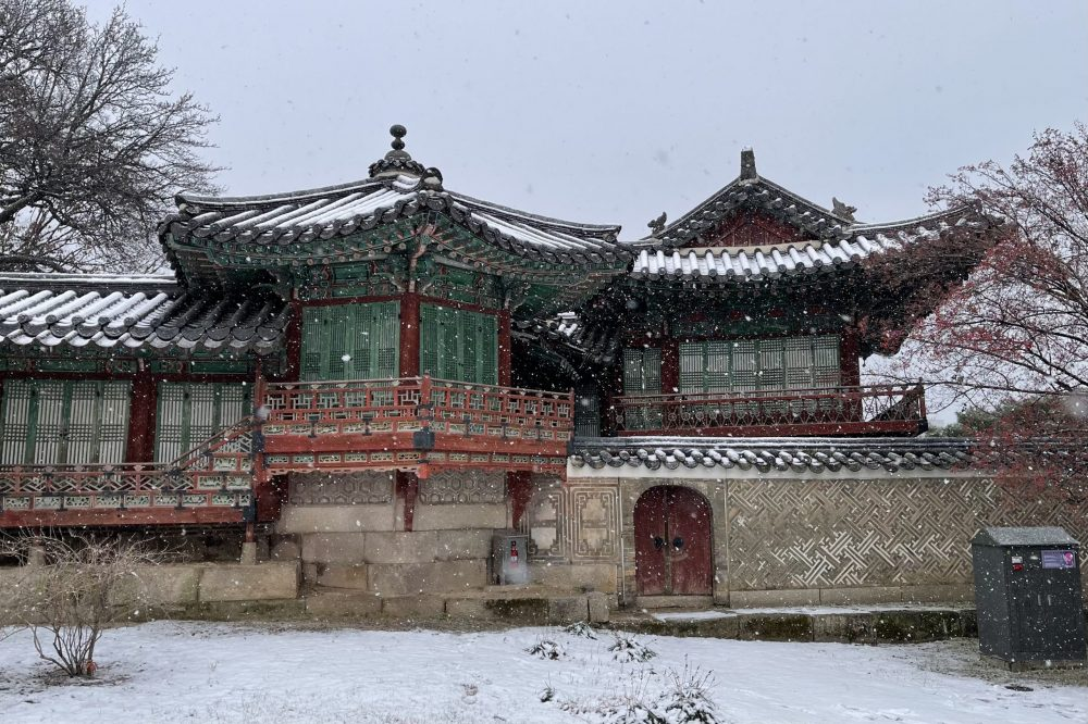 Snowing in Changdeokgung Palace